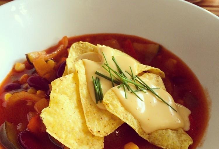 Chilisoep met tortillachips en cheddarsaus